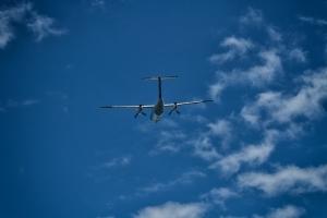 Eine Bombardier Dash Q200 beim Abflug von Corvo